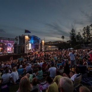 australia-day-2016-dusk-stage-and-crowd